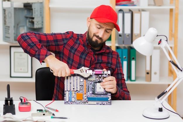 Vooraanzicht persoon repareren van een moederbord