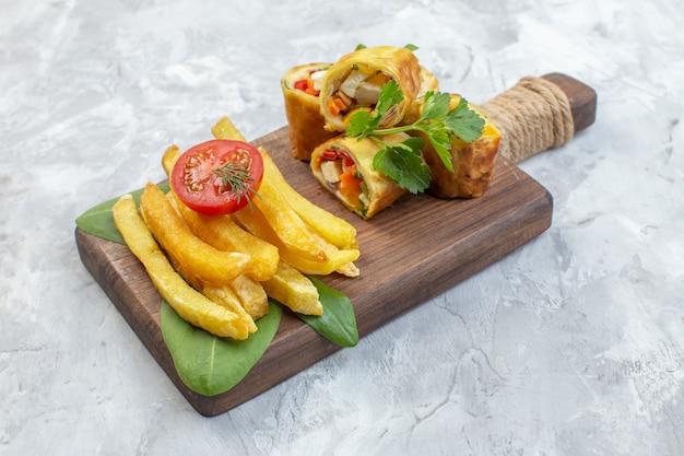 Vooraanzicht plantaardige patérolletjes met frietjes op witte ondergrond