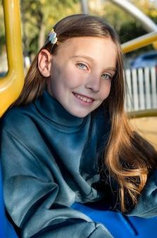 Vooraanzicht portret van mooi smiley meisje