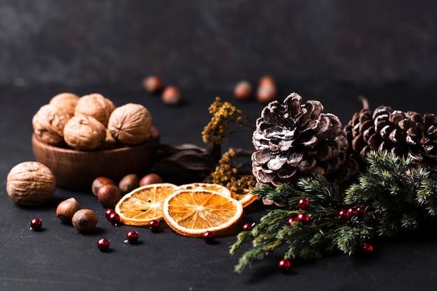 Vooraanzicht prachtige kerst arrangement met gesneden sinaasappel