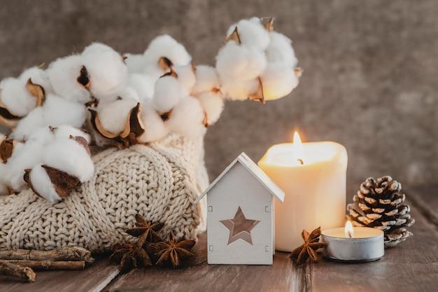Vooraanzicht pullover en kaarsen met katoen