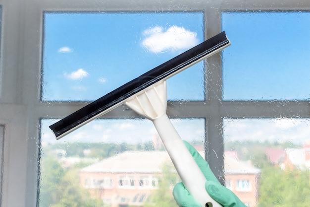 Vooraanzicht ramen reinigen met een wisser