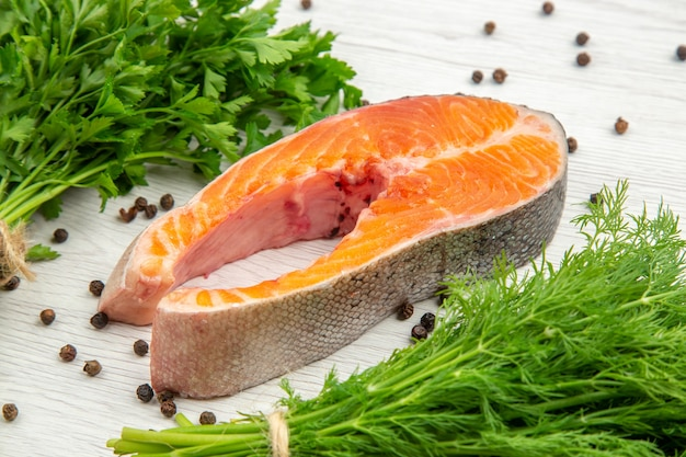 Vooraanzicht rauw vlees segment met greens op witte achtergrond voedsel dierlijke rib schotel maaltijd vis