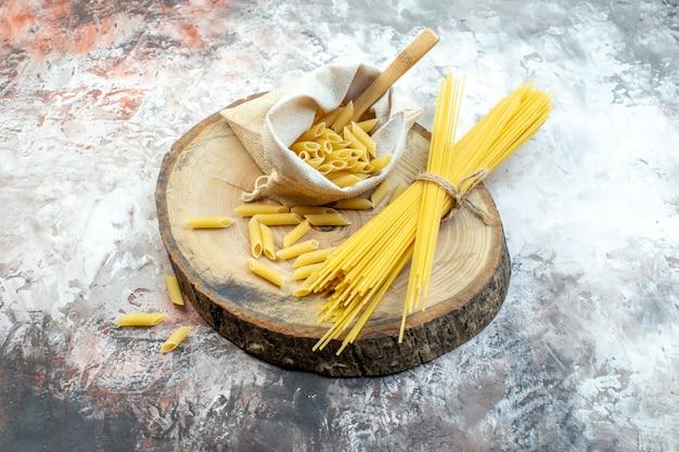 Vooraanzicht rauwe gele pasta op lichte ondergrond