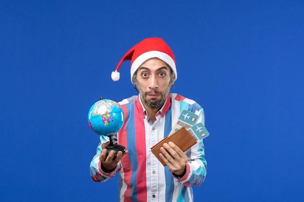 Vooraanzicht regelmatig mannetje met kaartjes en bol op blauw bureau vakantie emotie nieuwjaar