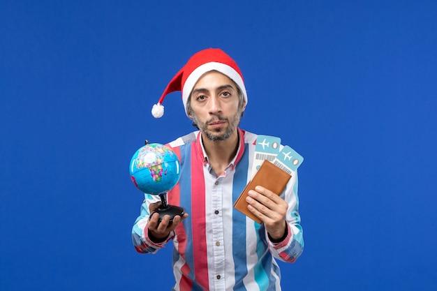 Vooraanzicht regelmatig mannetje met kaartjes en bol op blauwe muur emoties vakantie nieuwjaar
