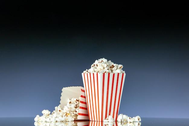 Vooraanzicht retro bioscoop emmers popcorn op dark