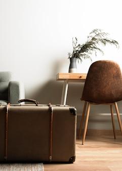 Vooraanzicht retro koffer met indoor bureau