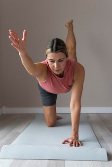 Vooraanzicht rijpe vrouw die cardio-oefeningen doet