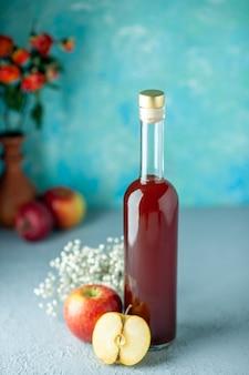 Vooraanzicht rode appelazijn op de blauwe muur eten drinken rood fruit alcohol wijn zuur kleur sap