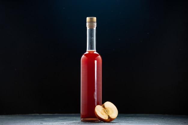 Vooraanzicht rode appelmoes in fles op donkere ondergrond