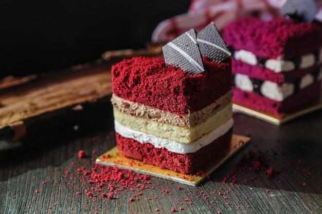 Vooraanzicht rode cake in de vorm van een hart op een standaard