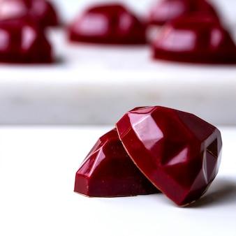 Vooraanzicht rode chocolade hartvormige snoepjes