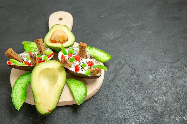 Vooraanzicht romige avocado's met brood en peper en verse avocado's op de grijze ruimte