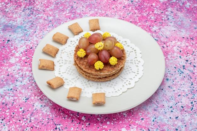 Vooraanzicht ronde koekjes met druiven in plaat
