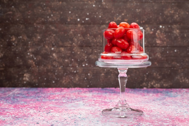 Vooraanzicht rood fruit op de heldere fruitbes van de oppervlaktekleur