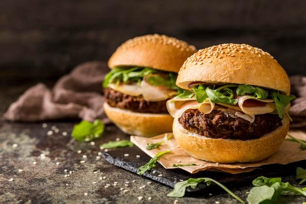 Vooraanzicht rundvleesburgers met spek