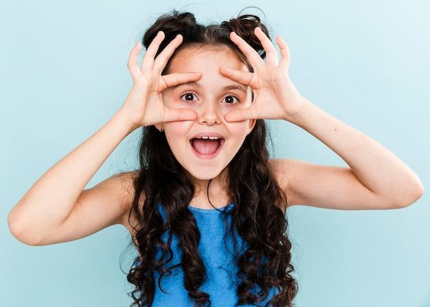 Vooraanzicht schattig klein meisje wordt goofy