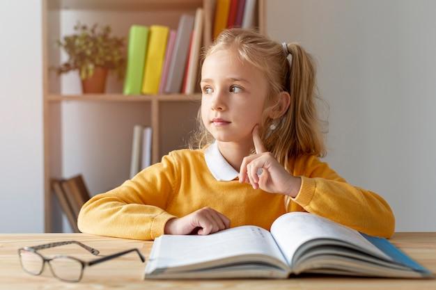 Vooraanzicht schattig meisje lezen