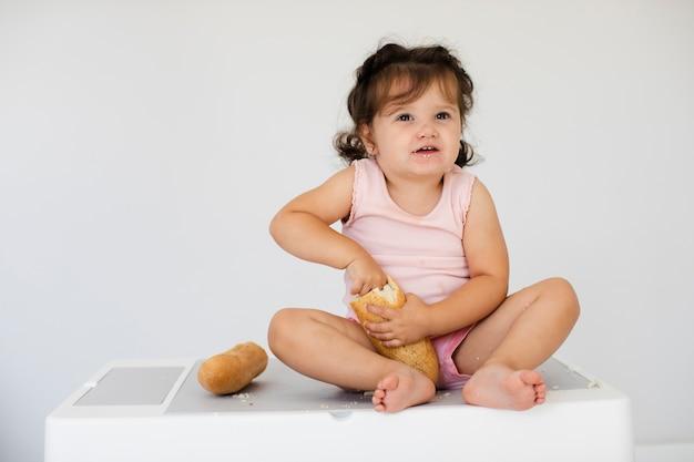 Vooraanzicht schattig meisje met brood