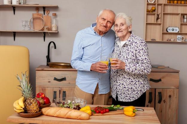 Vooraanzicht schattig paar in de keuken
