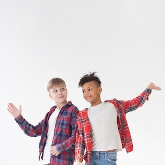 Vooraanzicht schattige jonge jongens poseren