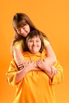 Vooraanzicht schattige jonge meisjes samen poseren