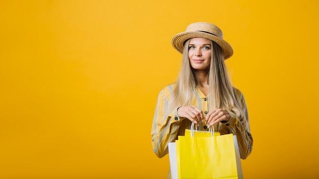 Vooraanzicht schattige jonge vrouw met zakken