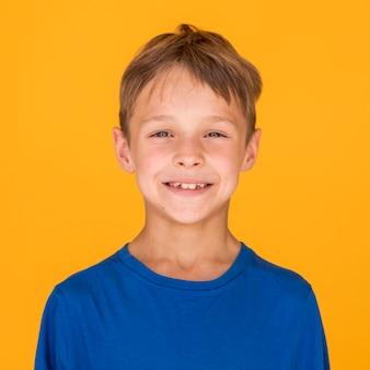 Vooraanzicht schattige jongen lachend