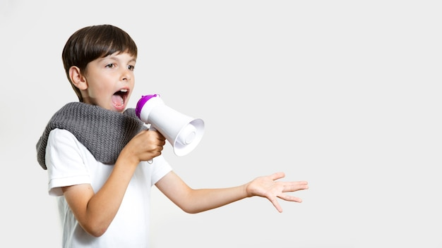 Vooraanzicht schattige jongen met microfoon