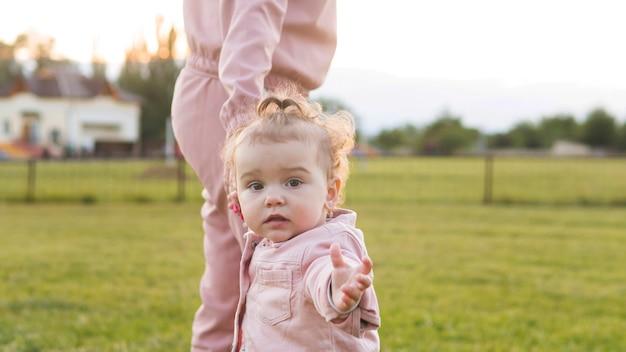 Vooraanzicht schattige jongere in roze kleding