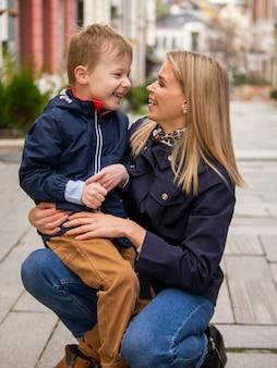 Vooraanzicht schattige moeder en zoon glimlachen