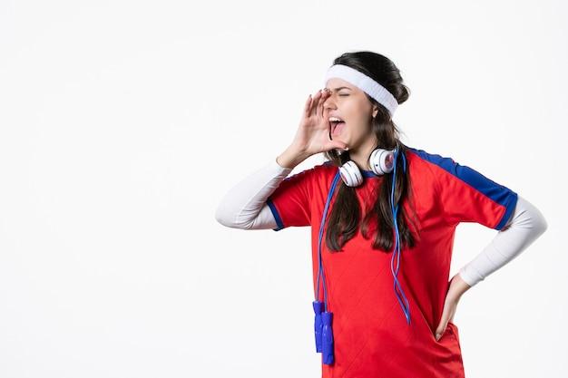 Vooraanzicht schreeuwende jonge vrouw in sportkleding