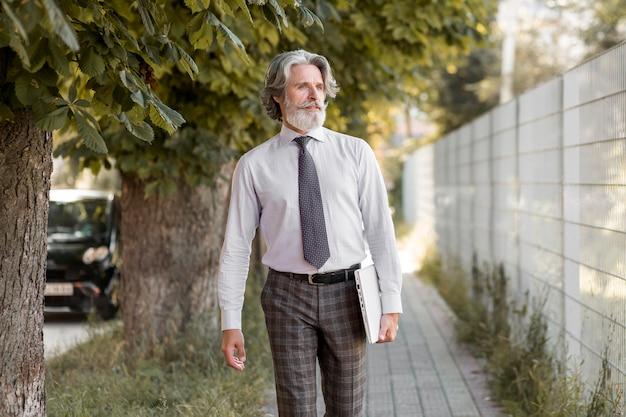 Vooraanzicht senior man buiten lopen