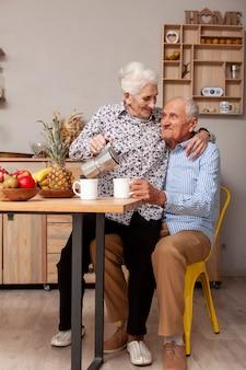 Vooraanzicht senior man en vrouw in de keuken