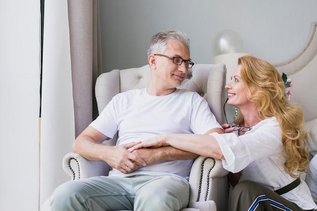 Vooraanzicht senior man en vrouw kijken naar elkaar