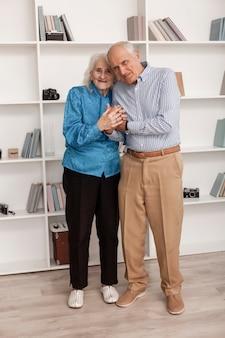 Vooraanzicht senior man en vrouw samen