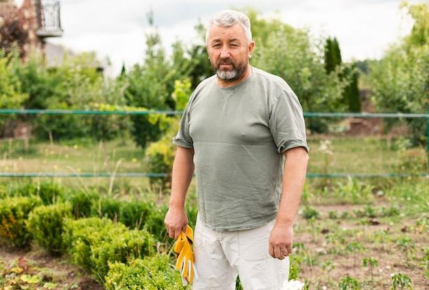 Vooraanzicht senior man in de tuin