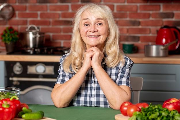 Vooraanzicht senior vrouw in keuken