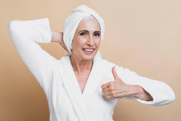Vooraanzicht senior vrouw met duim omhoog
