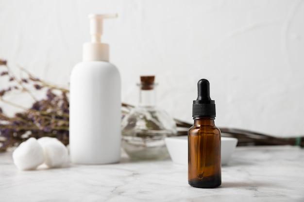 Vooraanzicht serum- en lichaamsverzorgingsproducten