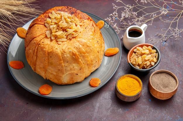 Vooraanzicht shakh plov heerlijke oosterse maaltijd bestaat uit gekookte rijst in rond deeg