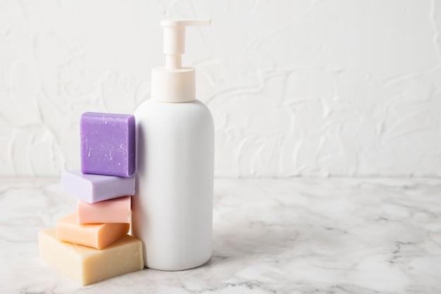 Vooraanzicht skin-producten met kopie ruimte