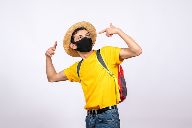 Vooraanzicht slimme jongeman met masker en geel t-shirt wijzende vingers naar zichzelf
