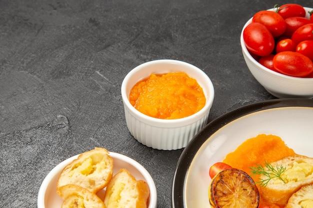 Vooraanzicht smakelijke aardappeltaarten met pompoen en verse tomaten op grijze achtergrond bak diner oven kleur schotel rijp