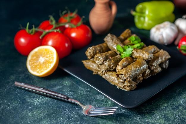 Vooraanzicht smakelijke blad dolma met tomaten op donkere achtergrond calorie olie diner voedselsalade schotel restaurant maaltijd