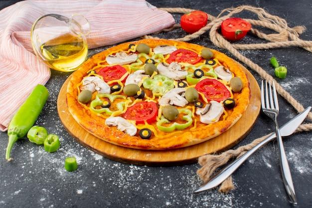 Vooraanzicht smakelijke champignonpizza met rode tomaten groene olijven champignons met verse tomaten