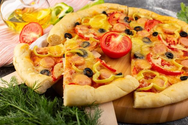 Vooraanzicht smakelijke cheesy pizza met rode tomaten, zwarte olijven en worstjes op donker