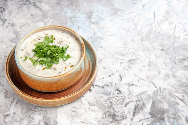 Vooraanzicht smakelijke dovga-yoghurtsoep met greens op de witte tafelsoepmaaltijdschotel