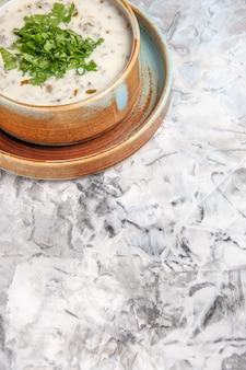Vooraanzicht smakelijke dovga yoghurtsoep met greens op witte tafel melksoep groene schotel